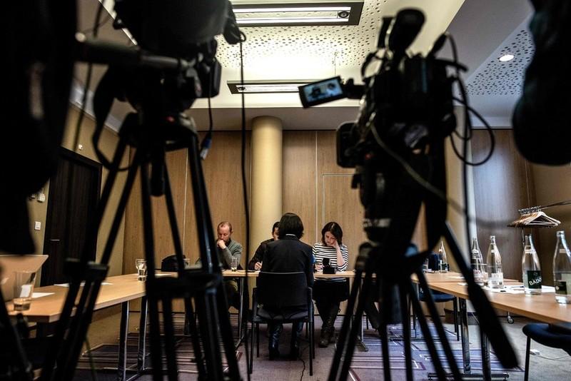 Bà Grace Mạnh, vợ ông Mạnh Hoàng Vĩ (ngồi quay lưng) trao đổi với báo chí về chuyện chồng mình mất tích sau khi từ Pháp trở về Trung Quốc, trong cuộc họp báo ở Lyon (Pháp) ngày 7-10. Ảnh: GETTY IMAGES