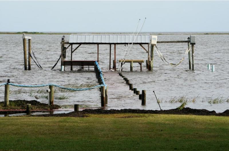 Bão Michael chưa vào nhưng nước biển đã dâng tràn vào đất liền, tại TP Carrabelle, bang Florida (Mỹ) ngày 9-10. Ảnh: REUTERS