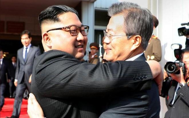 Tổng thống Hàn Quốc Moon Jae-in (phải) và lãnh đạo Triều Tiên Kim Jong-un gặp thượng đỉnh lần hai tại làng Bàn Môn Điếm ngày 26-5. Ảnh: REUTERS