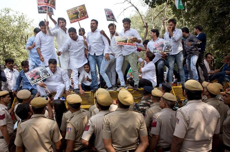 Đám đông biểu tình phản đối ông M.J. Akbar ở New Delhi ngày 15-10. Ảnh: AP