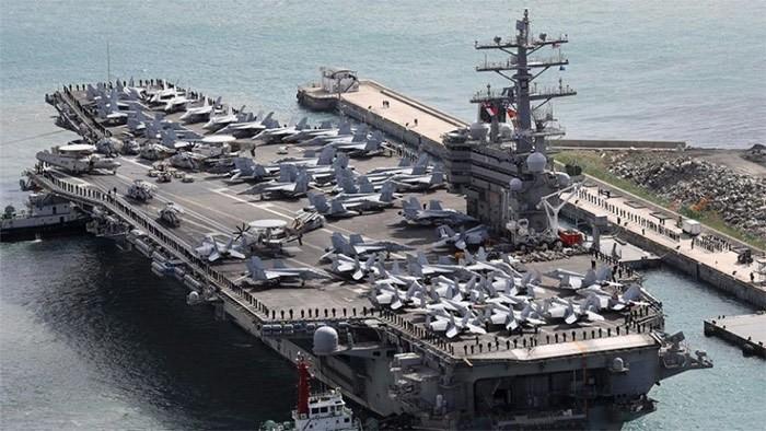 Tàu sân bay USS Ronald Reagan đến cảng Busan (Hàn Quốc) cuối năm 2017. Ảnh: AP