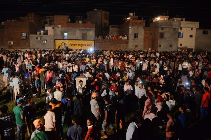 Đám đông tại hiện trường sau tai nạn. Ảnh: AFP
