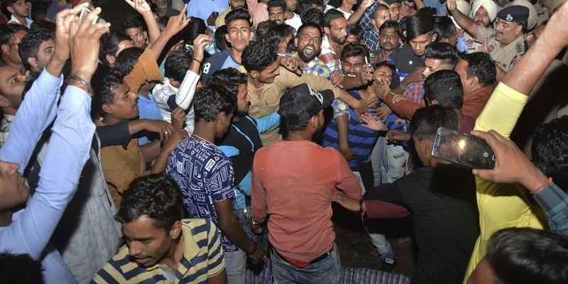 Đám đông giận dữ mang thi thể người bị tàu tông chết đến la hét tại một địa điểm quản lý đường ray ở ngoại ô TP Amritsar, bang Punjab (Ấn Độ). Ảnh: AP