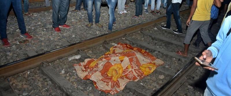 Thi thể một nạn nhân trên đường ray ở ngoại ô TP Amritsar, bang Punjab (Ấn Độ) tối 19-10. Ảnh: AP