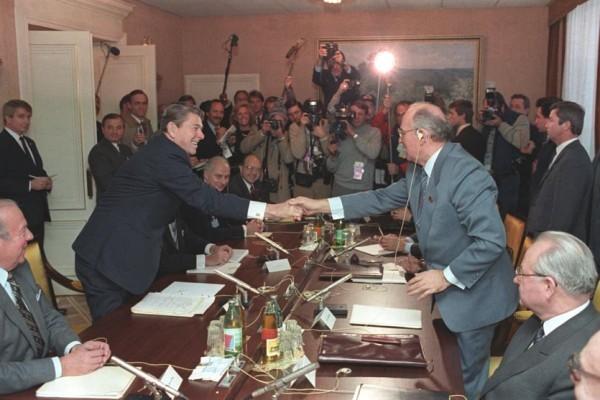 Hai ông Gorbachev (phải) và Reagan (trái) bắt tay trong lần gặp đầu tiên năm 1985. Ảnh: REAL CLEAR POLITICS