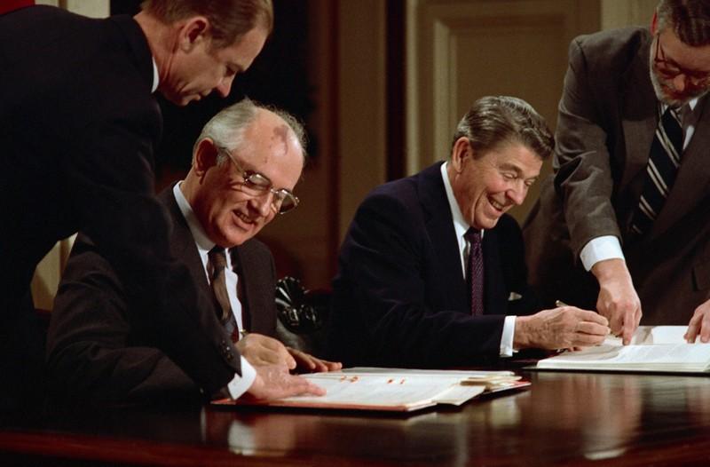 Hiệp định INF được Tổng Bí thư đảng Cộng sản Liên Xô Mikhail Gorbachev (ngồi, trái) ký với Tổng thống Mỹ Ronald Reagan (ngồi, phải) năm 1987. Ảnh: THE DURAN