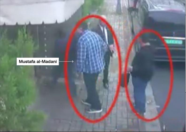 11 giờ 3 phút sáng 2-10: Ông Madani (áo sọc xanh) bước vào lãnh sự quán Saudi ở Istanbul (Thổ Nhĩ Kỳ) thời điểm trước khi nhà báo Khashoggi vào và mất tích. Người đồng sự mặc áo tối màu đứng sau. Ảnh: CNN