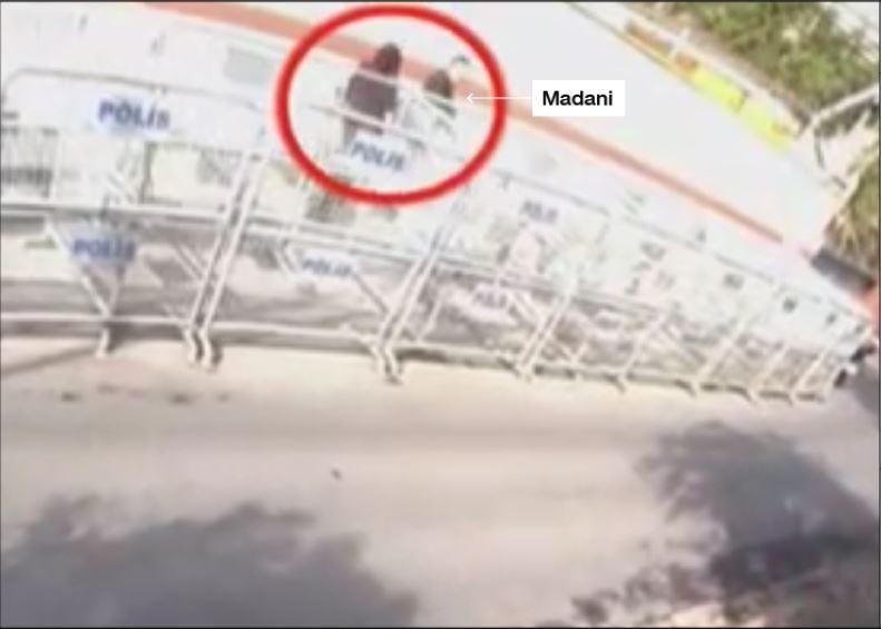 2 giờ 52 chiều 2-10: Ông Madani (phải) mặc quần áo của nhà báo Khashoggi và người đồng sự tay cầm một túi nhựa được cho đựng quần áo ông Madani cùng rời lãnh sự quán Saudi ở Istanbul (Thổ Nhĩ Kỳ). Ảnh: CNN