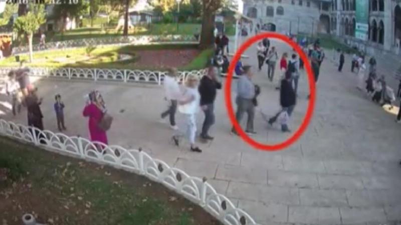 4 giờ 6 phút chiều 2-10: Ông Madani được nhìn thấy ở đền thờ Sultan Ahmed (trong vòng tròn, đã cởi áo khoác). Người đồng sự đi phía trước, tay cầm một túi nhựa được cho đựng quần áo ông Madani. Ảnh: CNN