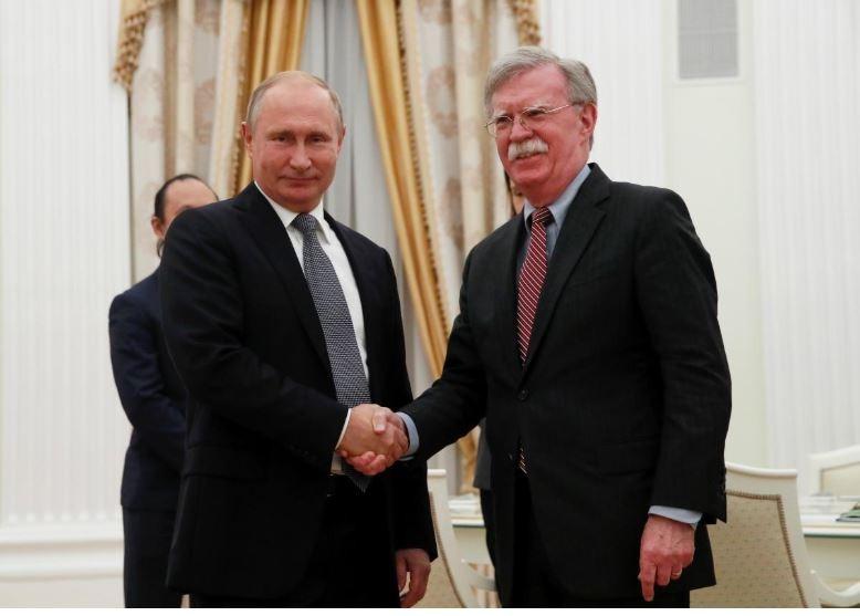Tổng thống Nga Vladimir Putin (trái) bắt tay Cố vấn an ninh quốc gia Mỹ John Bolton trong cuộc gặp ngày 23-10 tại Điện Kremlin ở Moscow (Nga). Ảnh: REUTERS