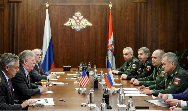 Phái đoàn Mỹ do Cố vấn an ninh quốc gia Mỹ John Bolton dẫn đầu (trái) trong cuộc gặp với phái đoàn Nga do Bộ trưởng Quốc phòng Nga Sergei Shoigu dẫn đầu(phải) tại Moscow (Nga) ngày 23-10. Ảnh: REUTERS