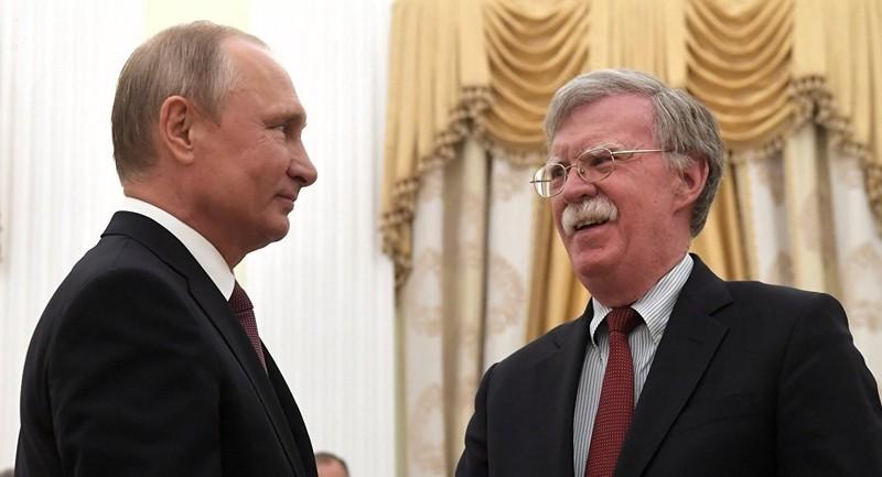 Tổng thống Nga Vladimir Putin (trái) tiếp Cố vấn an ninh Mỹ John Bolton tại Moscow (Nga) ngày 22-10. Ảnh:SPUTNIK