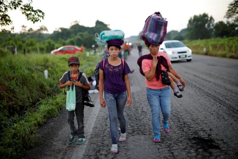 Đoàn người di cư Trung Mỹ tại TP Mapastepec, bang Chiapas (Mexico) ngày 25-10, chủ yếu di chuyển bằng cách đi bộ. Ảnh: REUTERS