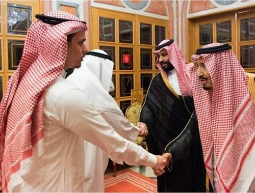 Vua và Thái tử Saudi Arabia (phải) bắt tay hai người con của nhà báo Khashoggi, tại Riyadh (Saudi Arabia) ngày 23-10. Ảnh: AP