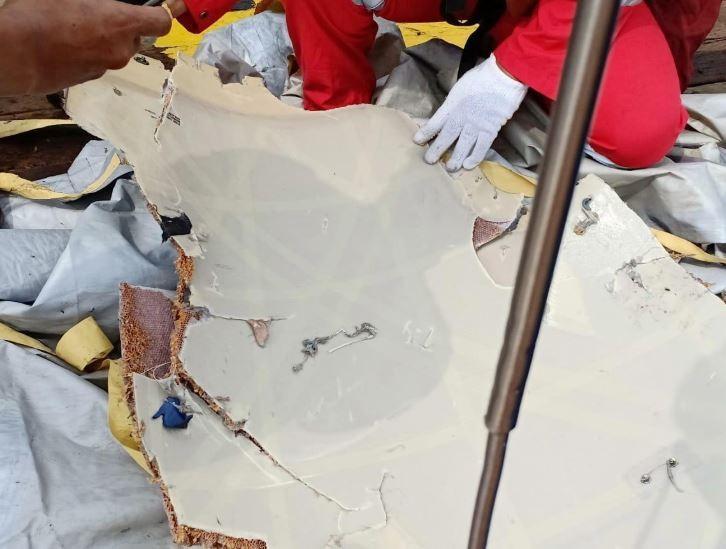 Mảnh vỡ chiếc máy bay bị nạn được vớt lên. Ảnh: REUTERS