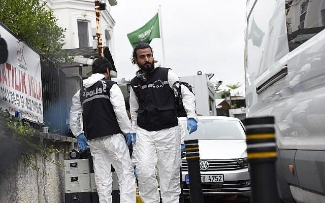 Các nhà điều tra Thổ Nhĩ Kỳ đến khám xét nhà riêng Tổng lãnh sự Saudi Arabia ở Istanbul Mohammad al-Otaibi ngày 17-10. Ảnh: AFP