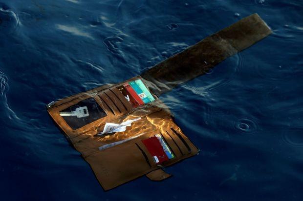 Một chiếc ví của nạn nhân lênh đênh trên biển sau tai nạn. Ảnh: AP