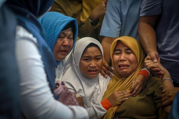 Người thân nạn nhân đau đớn chờ tin ở sân bay Pangkal Pinang, tỉnh Bangka Belitung (Indonesia) ngày 29-10. Ảnh: GETTY IMAGES
