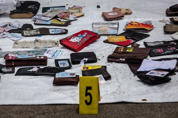 Giấy tờ cá nhân nạn nhân được vớt lên từ địa điểm máy bay rơi. Ảnh: REUTERS