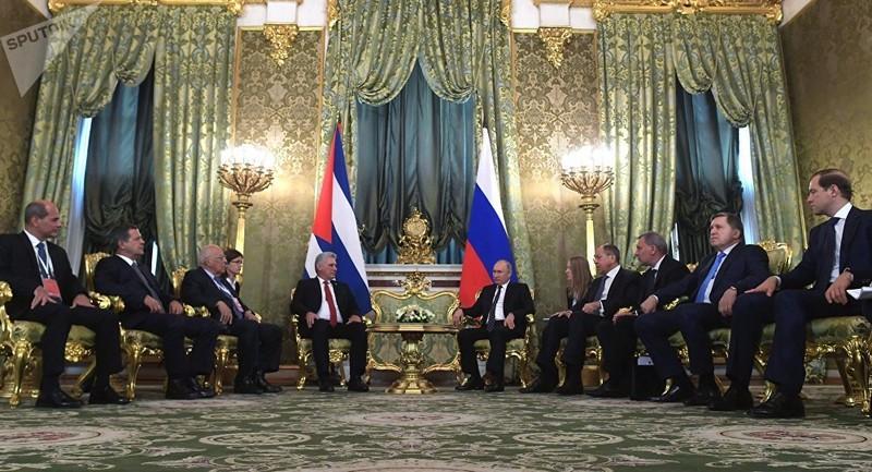Chủ tịch Cuba Miguel Díaz-Canel (giữa, trái) và Tổng thống Nga Vladimir Putin (giữa, phải) gặp nhau ngày 2-11. Ảnh: SPUTNIK
