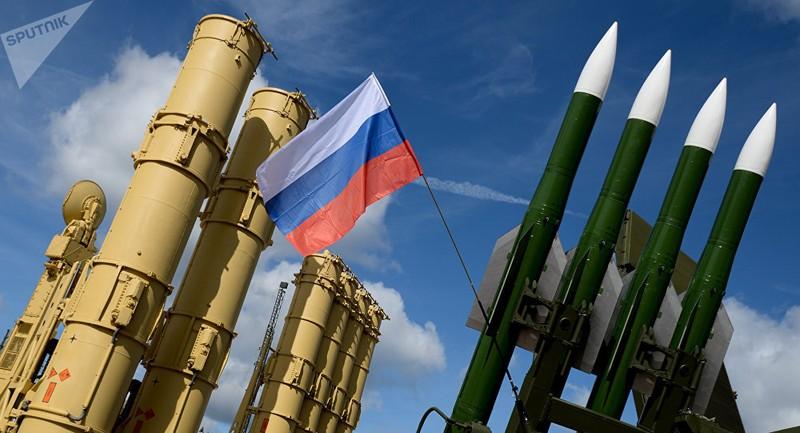 Hệ thống tên lửa phòng không chống tên lửa đạn đạo Antei-2500 (trái) và tên lửa đất đối không Buk-M2E (phải) trưng bày tại một diễn đàn quân sự. Ảnh: SPUTNIK