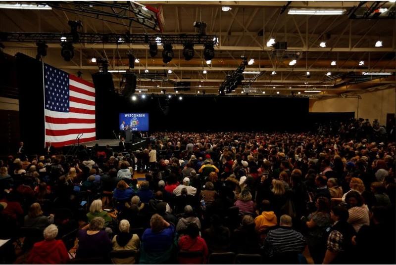 Cựu Tổng thống Mỹ Barack Obama trong lần vận động của ở bang Wisconsin (Mỹ) ngày 26-10. Ảnh: REUTERS