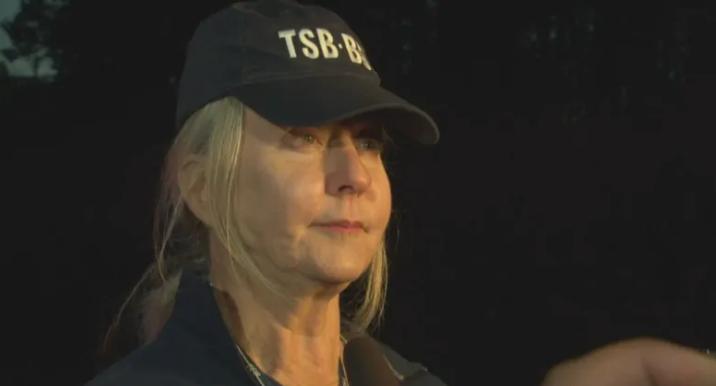Bà Beverley Harvay, trưởng nhóm điều tra của Cơ quan An toàn Giao thông Canada tại hiện trường. Ảnh: CBC