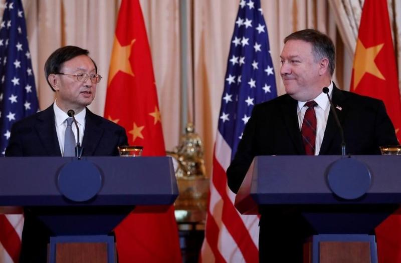 Ngoại trưởng Mỹ Mike Pompeo (phải) và Ủy viên Quốc vụ viện Trung Quốc Dương Khiết Trì (trái) trong cuộc họp báo. Ảnh: REUTERS