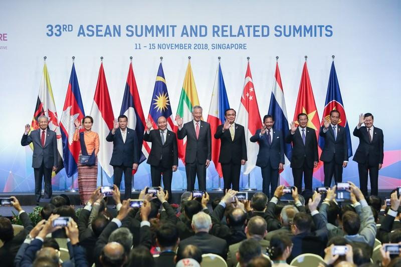 Tổng thống Philippines Rodrigo Duterte chụp hình chung với các lãnh đạo ASEAN tại phiên khai mạc Hội nghị cấp cao ASEAN lần thứ 33 và các hội nghị liên quan tại Singapore ngày 13-11. Ảnh: CNA