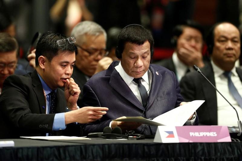Tổng thống Philippines Rodrigo Duterte (giữa) tại phiên khai mạc Hội nghị cấp cao ASEAN lần thứ 33 và các hội nghị liên quan tại Singapore ngày 13-11. Ảnh: ABS-CBN