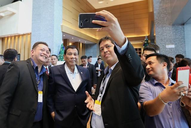 Tổng thống Rodrigo Duterte (giữa) chụp hình bên lề phiên khai mạc Hội nghị cấp cao ASEAN lần thứ 33 và các hội nghị liên quan tại Singapore ngày 13-11. Ảnh: RAPPLER