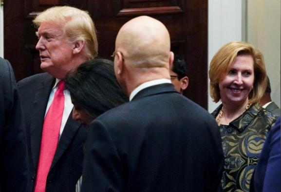 Phó Cố vấn an ninh quốc gia Nhà Trắng Mira Ricardel (phải) có mặt trong sự kiện Tổng thống Mỹ Donald Trump (trái) đến tham dự lễ hội ánh sáng Diwali tổ chức tại Nhà Trắng, ngày 13-11. Ảnh: REUTERS