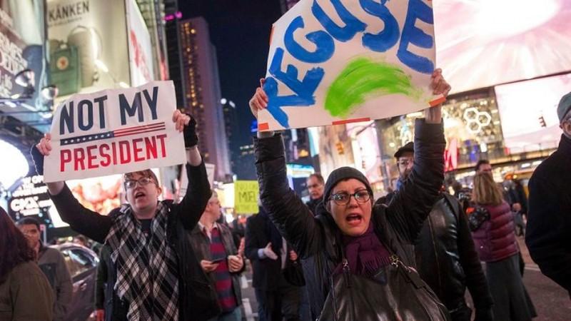 Người dân Mỹ biểu tình ở Quảng trường Thời đại ở New York (Mỹ) ủng hộ cuộc điều tra Nga của Công tố viên đặc biệt Robert Mueller, ngày 8-11. Ảnh: AP