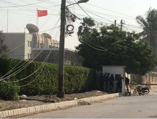 Hiện trường lãnh sự quán Trung Quốc ở Karachi (Pakistan) bị tấn công ngày 23-11. Ảnh: REUTERS