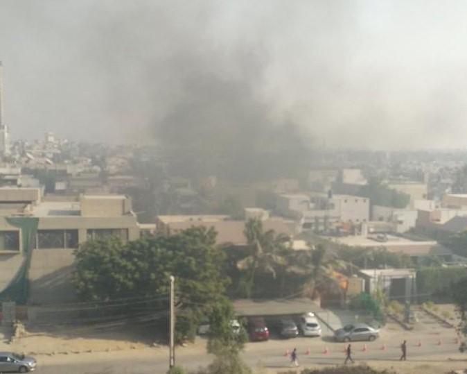 Khói bốc lên từ khu vực lãnh sự quán Trung Quốc ở Karachi (Pakistan) trong cuộc tấn công ngày 23-11. Ảnh: TWITTER