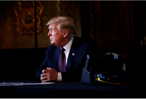Tổng thống Mỹ Donald Trump trao đổi với truyền thông sau một cuộc họp qua điện thoại với các sĩ quan quân đội từ khu nghỉ mát Mar-a-Lago ở TP Palm Beach, bang Florida (Mỹ) ngày 22-11. Ảnh: REUTERS