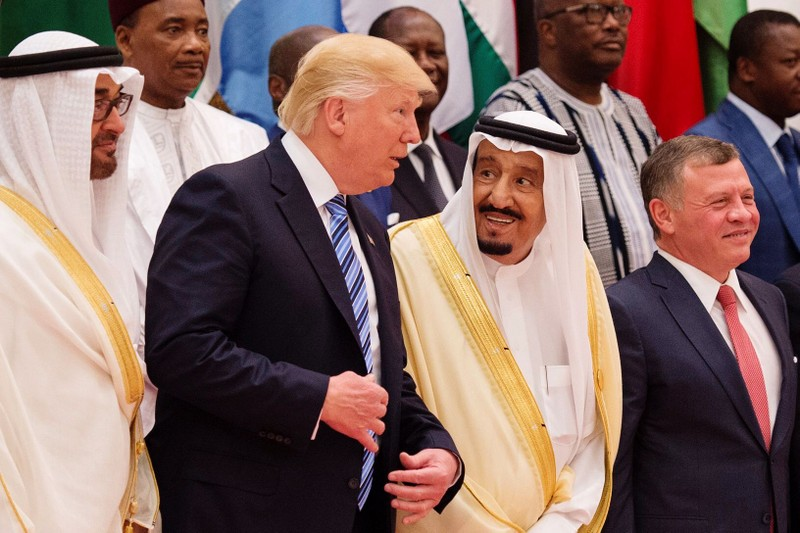 Tổng thống Mỹ Donald Trump (thứ hai từ trái sang) cùng dự một sự kiện với Vua Salman bin Abdulaziz của Saudi Arabia (thứ ba từ trái sang) trong chuyến thăm Saudi Arabia tháng 5-2017. Ảnh: GETTY IMAGES
