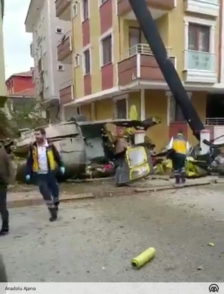 Hiện trường chiếc trực thăng quân sự Bell UH-1 của quân đội Thổ Nhĩ Kỳ rơi xuống khu dân cư ở Istanbul ngày 26-11. Ảnh: TWITTER