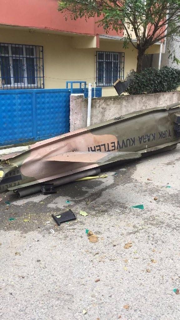 Chiếc trực thăng quân sự Bell UH-1 của quân đội Thổ Nhĩ Kỳ rơi xuống khu dân cư ở Istanbul ngày 26-11 sau một chuyến bay huấn luyện. Ảnh: TWITTER