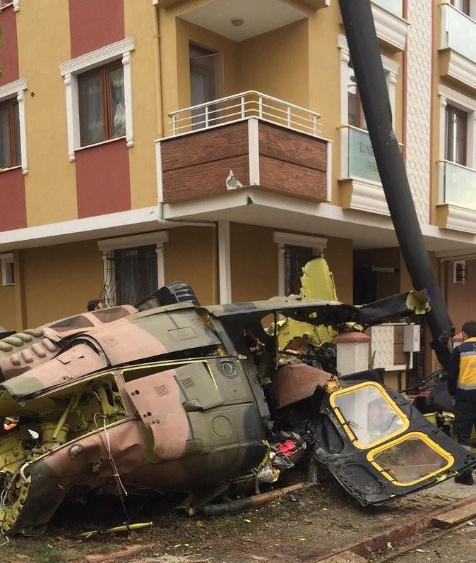Hiện trường chiếc trực thăng quân sự Bell UH-1 của quân đội Thổ Nhĩ Kỳ đã được khai thác cả nửa thế kỷ trước khi rơi xuống khu dân cư ở Istanbul ngày 26-11. Ảnh: TWITTER