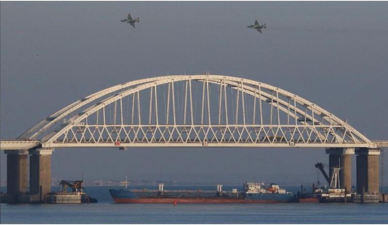 Máy bay chiến đấu của Nga bay trên một cây cầu nối đất liền Nga với bán đảo Crimea ngày 25-11. Ảnh: REUTERS
