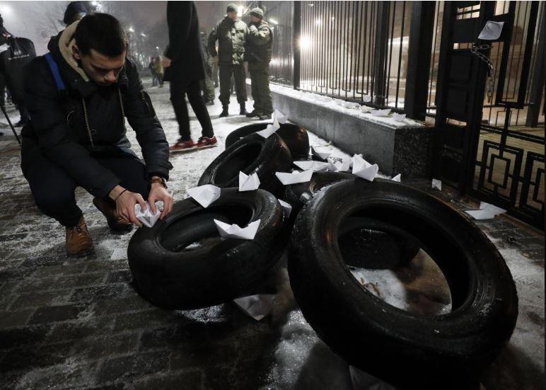 Dân Ukraine biểu tình trước đại sứ quán Nga ở Kiev (Ukraine) phản đối chuyện NGa bắt giữ ba tàu hải quân Ukraine. Ảnh: REUTERS