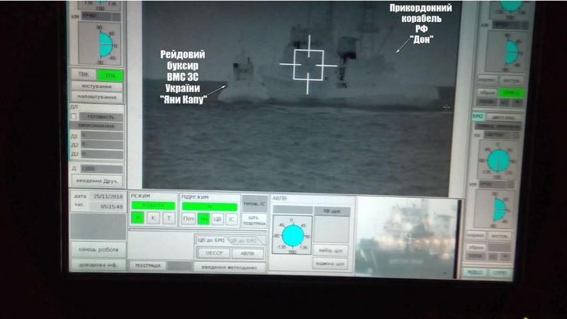 Hình ảnh chụp từ màn hình cho thấy tàu biên phòng Don của Nga (phải) cố gắng chặn tàu kéo của hải quân Ukraine (trái) ở Biển Đen ngày 25-11. Ảnh: REUTERS