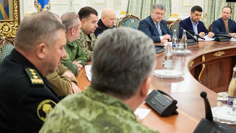 Tổng thống Ukraine Petro Poroshenko họp với các lãnh đạo quân sự và an ninh ngày 25-11. Ảnh: RT