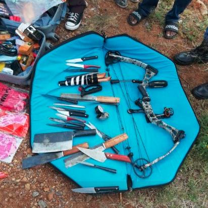 Các dụng cụ bị cảnh sát tịch thu khi bắt các nghi can. Ảnh: TIMES LIVE