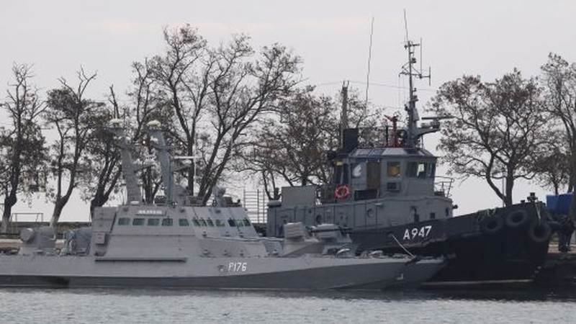 Ba tàu Ukraine bị Nga bắt đưa về đậu tại cảng Kerch ở bán đảo Crimea. Ảnh: REUTERS