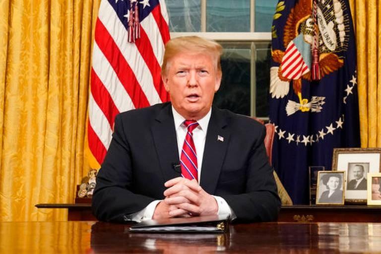 Tổng thống Mỹ Donald Trump phát biểu trước toàn dân về chuyện xây tường ngăn biên giới với Mexico tối 8-1 từ Nhà Trắng. Ảnh: AP