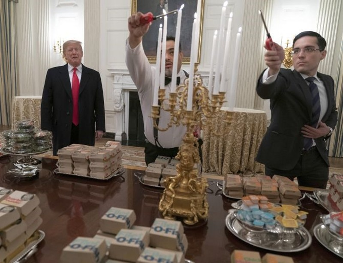 Tổng thống Mỹ Donald Trump phải đãi khách bằng thức ăn nhanh do nhà bếp nghỉ làm vì chính phủ đóng cửa. Ảnh: AFP