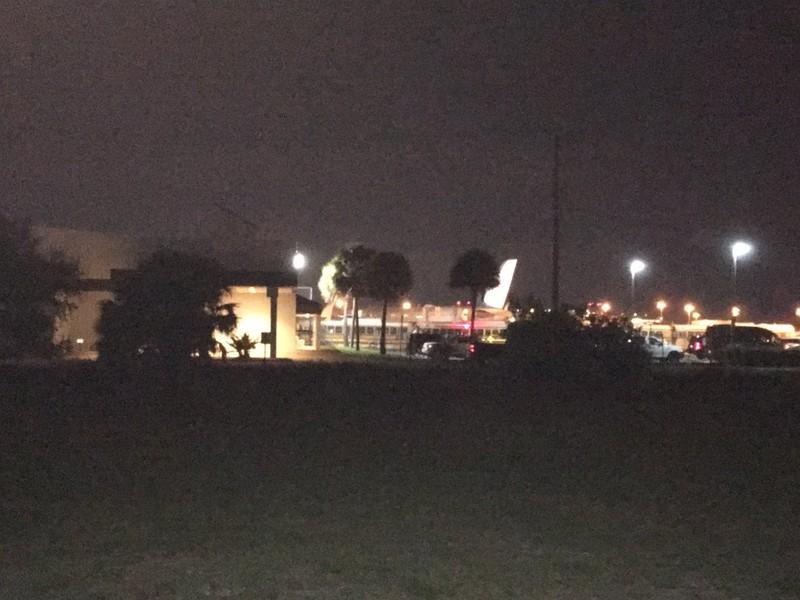 Một chiếc máy bay chính phủ được cho là chở Đệ nhất phu nhân Mỹ Melania Trump hạ cánh tại sân bay quốc tế Palm Beach ở bang Florida (Mỹ) chiều 17-1. Ảnh: TWITTER
