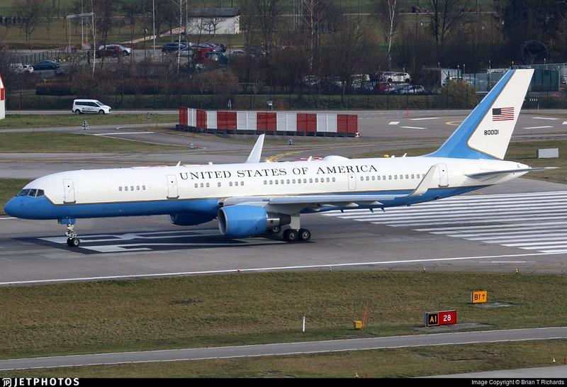 Chiếc máy bay chính phủ được cho là chở Đệ nhất phu nhân Mỹ Melania Trump chuẩn bị cất cánh tại sân bay Joint Base Andrews gần thủ đô Washington (Mỹ) chiều 17-1. Ảnh: TWITTER
